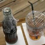 フクロウのみせ - 羽根除けでラップがかかったコーラとウーロン茶(2013年10月)
