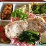 ミノヤランチサービス - 10月31日の健美膳・メインはポークソテー青菜添え・イカ団子・ブロッコリー・ツナサラダ・高野豆腐など