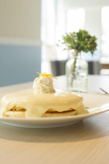モケス ブレッドアンドブレックファースト 中目黒店 - 人気No.1メニュー『リリコイパンケーキ』900円 パッションフルーツのクリームソースがたっぷりかかったパンケーキです。