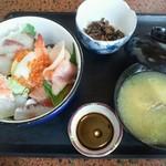 22216069 - 海鮮丼とアラ汁¥800