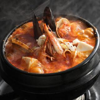 人気サムギョプサルやあつあつのスンドゥブチゲなど、美味しい韓国料理を是非ご賞味下さい
