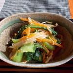 ナツメグ - ナツメグ 小鉢(ほうれん草・もやし・にんじん)アップ