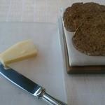 ベージュ アラン・デュカス 東京 - カリッとしたパンが付きました