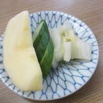 和か奈食堂 - 漬物、リンゴ