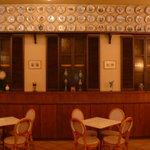 リストランテ エスト - カフェスペースです。壁にはイタリアのヴィオンリコルド加盟店の記念絵絵皿が。