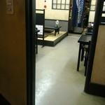 宇佐屋うどん - 2階には、舞台セットのような小上がりもあります。