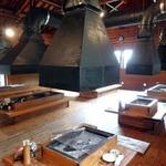 遊の谷 - 囲炉裏席と大きなダクト