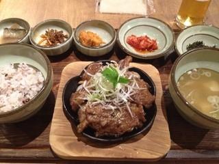 韓食 古家 - 骨つきカルビの定食。