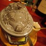 フランス家庭料理  グランダミ - 可愛らしい豚を模った鍋からは・・・さてどんなお料理が(*^。^*)