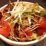焼肉 樹々 - チョレギサラダ トッピングされたカリカリのゴボウチップスが美味しさを引き立てます。