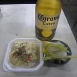 玉川屋酒店 - コロナ瓶:310円と、無料のお通しの塩昆布白菜、ポテサラ