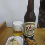 玉川屋酒店 - ビール大瓶(赤星):390円と、無料のお通しのラー湯もやし、ポテサラ