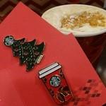 22249449 - 2013年クリスマス ピンバッジ2種と季節限定ドリンク クラッシュ マロン パイ ラテ