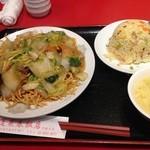 22249732 - 五目炸麺 あんかけかたやき麺800円と半炒飯150円