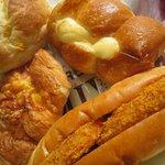 ルウブル パン工房 - 巻きウィンナ130円、なつかしのコロッケパン100円、ハムチーズクロワッサン160円、?チーズ90円