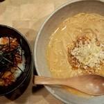 京担 - 担担麺(並)、キムチャーめし(上方から)