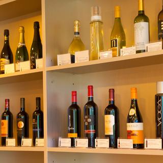 お手ごろ価格のワインが充実。新しい味に出会えます♪
