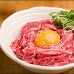榮華亭 - 新鮮なユッケが甘めのタレと黄身と混ざり合い旨い