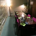 marunouchi cafe 倶楽部21号館 - 元銀行の金庫室の中 コンクリートの剥き出しの躯体をそのままインテリアに利用