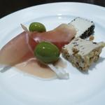 marunouchi cafe 倶楽部21号館 - アミューズ 自家製オリーブマリネ プロシュート ブラックペッパーとレーズンのフロマージュ
