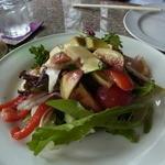 カフェ・ノビロ - サラダ(1050円)。イチジクや薄く切ったナシがたっぷり入っていて、おいしい!