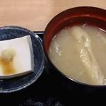 築地 魚一 - 築地 魚一 西葛西店 海鮮丼に付く揚げとネギの味噌汁と胡麻豆腐