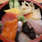 築地 魚一 - 築地 魚一 西葛西店 海鮮丼 右上から 青柳・烏賊・ホウボウ・蛸の頭・〆鯖・サーモン2切れ・鰤・鮪・玉子焼
