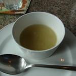 カフェ・ノビロ - サービスのスープ。すり下ろしたカブとオニオンの甘みが優しい