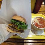 フレッシュネスバーガー - クラシックチーズバーガー(590円)とトマトクリームチャウダー(300円)
