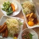 築地食堂 源ちゃん - 漬物、鶏つくね照り焼き玉落ち、チョリソー、烏賊の塩辛