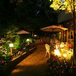 レストラン花の館 パラディ北野 - ライトアップされたガーデン
