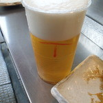 鳥勇 - 生ビール(プラコップだが、お代りしても同じもので「正」が書かれる)