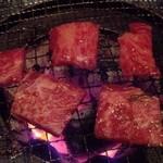 焼肉モリタ屋 - 『和牛 上カルビ』、『和牛 上ロース』を焼いているところ…焼き過ぎないようにして食べる!!\(◎o◎)/!!