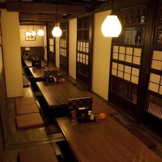 京町家をイメージした和モダンな店内。人気の掘りごたつ仕様