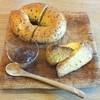 ダイドコ帖 - 料理写真:(上から時計回りに)ベーグル(黒ごま)、全粒粉のスコーン、イチジクのジャム
