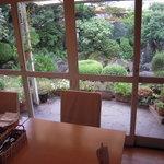 パオロ ロッシ - 広い中庭に面したダイニング