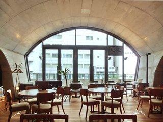 フクモリ マーチエキュート神田万世橋店 - 店内のテーブル席の風景です