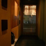 大塚 三浦屋 - 入り口入ったところで、空くのを待つ