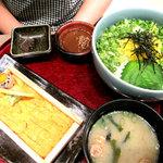 喜水丸 ソラリアステージ店 - ネギと金糸玉子が乗ったごはん丼に、 ウニ板1枚付です。 お味噌汁付。 タレは同じくゴマ醤油タレでした。