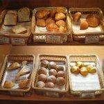 2230967 - 日替わり7種の「焼きたてパンのブレッドバー(\230)」。