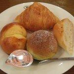 2230970 - 食べすぎ注意な「焼きたてパンのブレッドバー(\230)」。