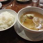 22300295 - セットにつく、ご飯とワンタンスープ。スープはボリューミィ!ご飯も大盛りです。