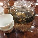 22300299 - 食後のお茶は、有料ですが、オススメです。器も人数分、持ってきて下さいました。