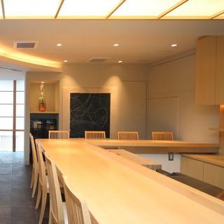いしづか - 白木が清々しいカウンターは主人・石塚規の仕事が見える特等席