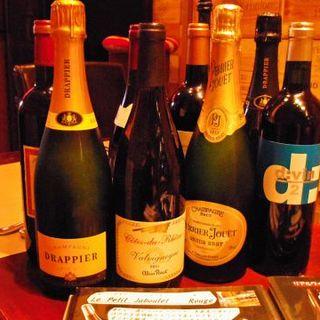 グラスワインが700円~、フルボトル3800円~