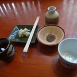 源智のそば - ツユと荏胡麻と箸休めの白菜のお漬け物