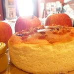 ポーモ デ アーモ - はちみつりんごスフレ 1560yen ふわっふわのスフレチーズにキャラメル煮のりんごがたっぷり!はちみつソースをたっぷりかけてお召し上がりください☆