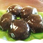 茶寮 宝泉 - 黒い!                             わらび餅って、白色透明な感じじゃなかったっけ?                             こちらは本わらび粉に少量の砂糖を混ぜてあるだけで、                             このような黒い色になるんだそうです。