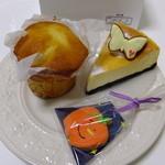 パティスリータイヨウノトウ - ベイクドチーズカーキ:452円アイシングクッキーかぼちゃ半額:150円マフィン プレーン:230円