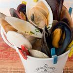 ワイン屋cincin - 四季折々の貝を三種盛り合わせ『色んな貝のワイン蒸し』